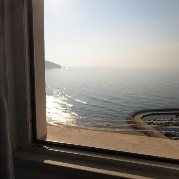 スペルロンガのアパートから見える海